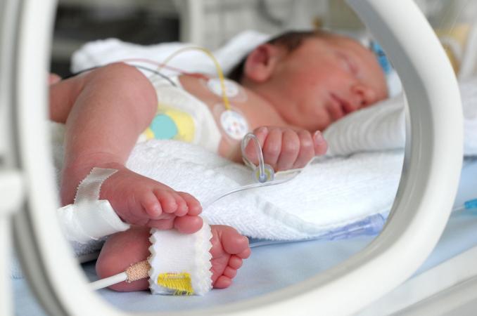 Trẻ sinh non thường mắc các bệnh hô hấp, phải nằm lồng ốp do phổi chưa phát triển hoàn thiện