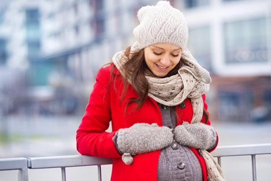 Việc giữ ấm cơ thể là việc mẹ bầu cần lưu ý số 1 khi mang thai mùa đông