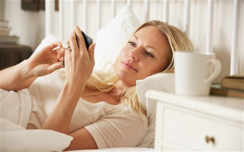 Sử dụng điện thoại quá thường xuyên đến mức nghiện có thể ảnh hưởng đến sức khỏe thai nhi và mẹ bầu